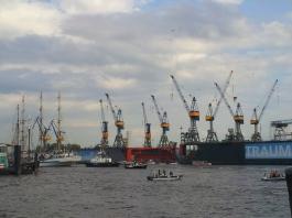 Lastkräne im Hafen