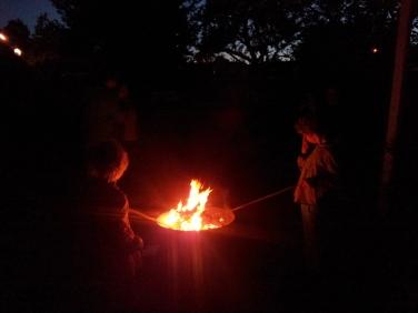Feuer, Stöckeschnitzen, Marshmallows!