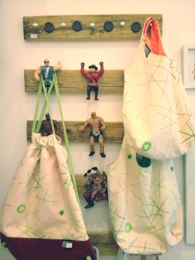 Garderobenleiste mit Actionfiguren
