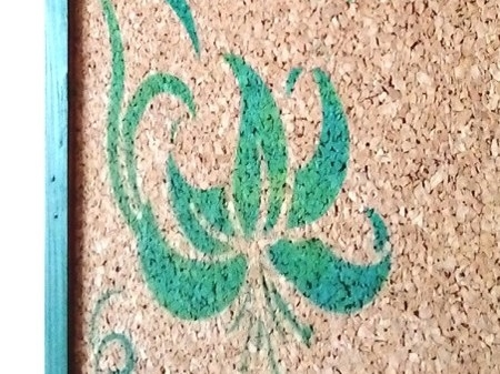 Pinnwand mit Blüten Stencil Schablonendruck